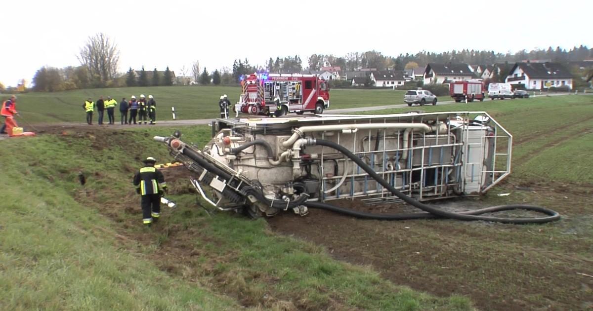 Sulzbach-Rosenberg: Tanklaster im Graben – Ladung läuft aus - Oberpfalz TV