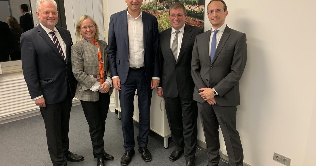 Amberg: Justizminister zu Besuch beim IT-Servicezentrum - Oberpfalz TV